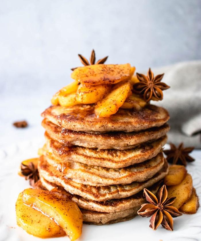 idee de recette d automne de petit dejeuner, crepes garnies de pommes à la cannelle et sirop d erable