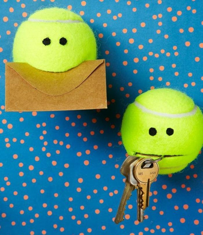 activité créative, idée comment faire un rangement murale facile, diy organiseur mural pour clé et notes fabriqué de balle tennis