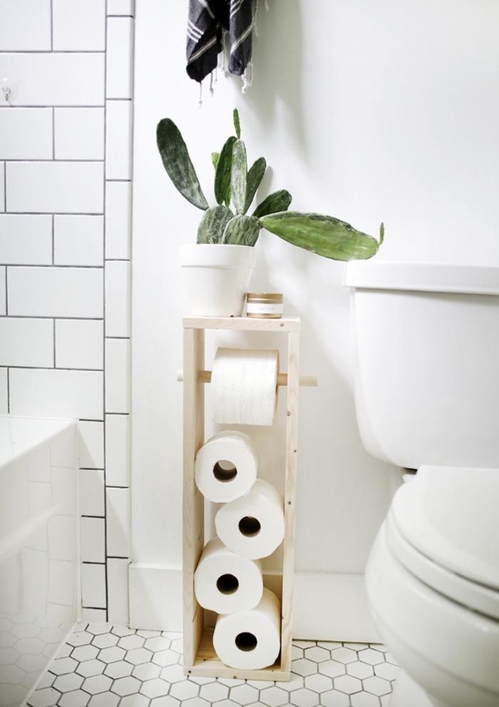 idée faience wc de couleur blanche, aménagement toilettes de style scandinave avec objets en bois clair et blanc