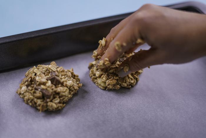 mettre les biscuits sur une plaque recouverte de papier cuisson, cookies pepite de chocolat, avoine et beurre de cacahuete