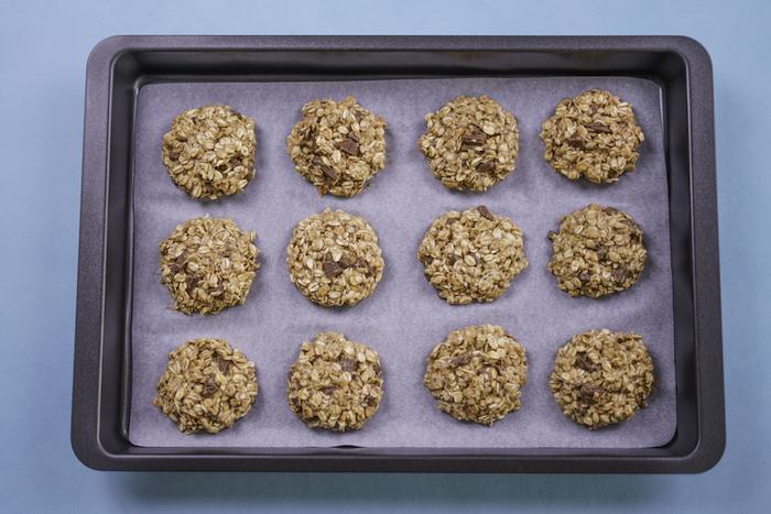placer les biscuits dans une plaque recouverte de papier cuisson, flacon d avoine recette cookies chocolat facile