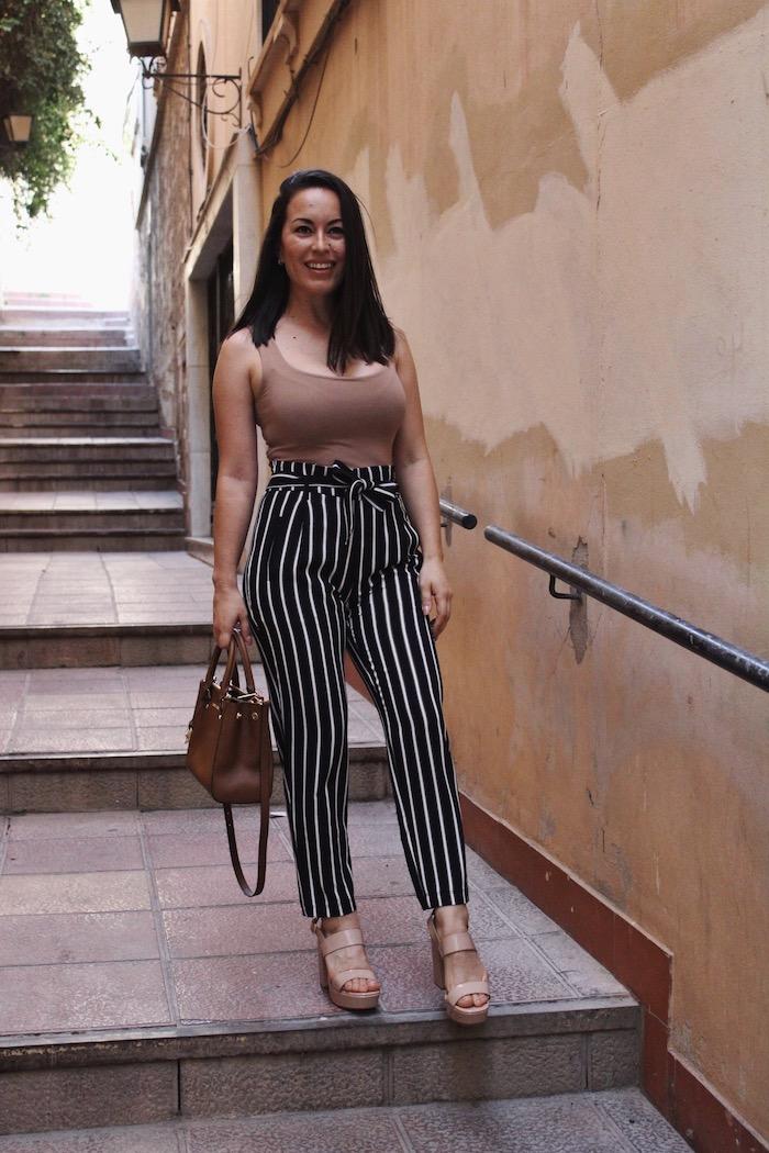 Noir et blanc pantalon a rayé femme, tenue moderne et confortable, femme en vacances tenue chic casuel