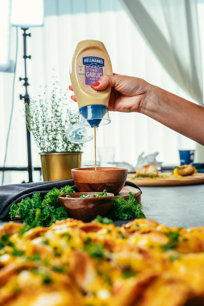 idées de recettes pour un apero dinatoire pour 20 personnes, mini-tacos apéritifs au poulet et au cheddar garnis de mayonnaise à l'ail