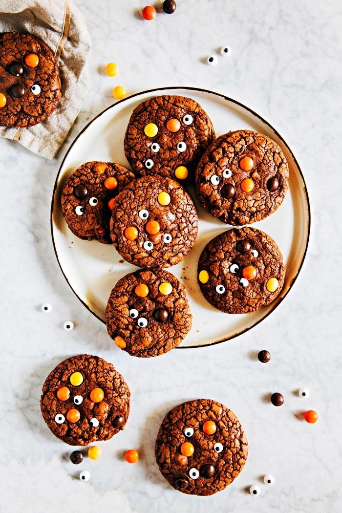 recette biscuit sablé au chocolat décoré de bonbons yeux et de