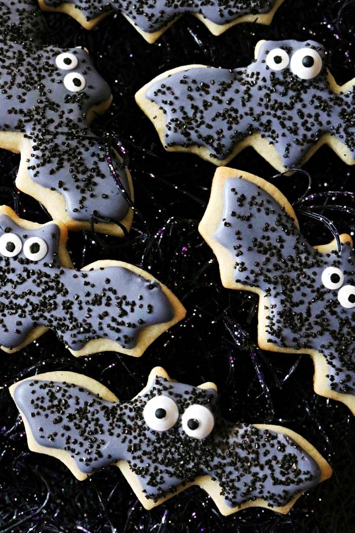 biscuits sablés en forme de chauve-souris, au glaçage bleu, recette biscuit sablé spécial halloween