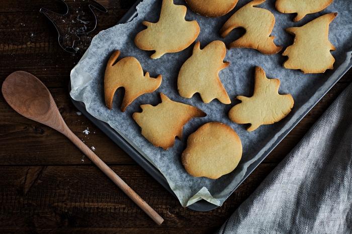 recette de biscuits sablés décorés pour halloween, biscuits sablés en forme de fantômes d'halloween