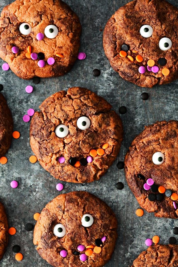 recette biscuit sablé au chocolat et petits bonbons colorés façon petits monstres d'halloween, recette halloween dessert facile
