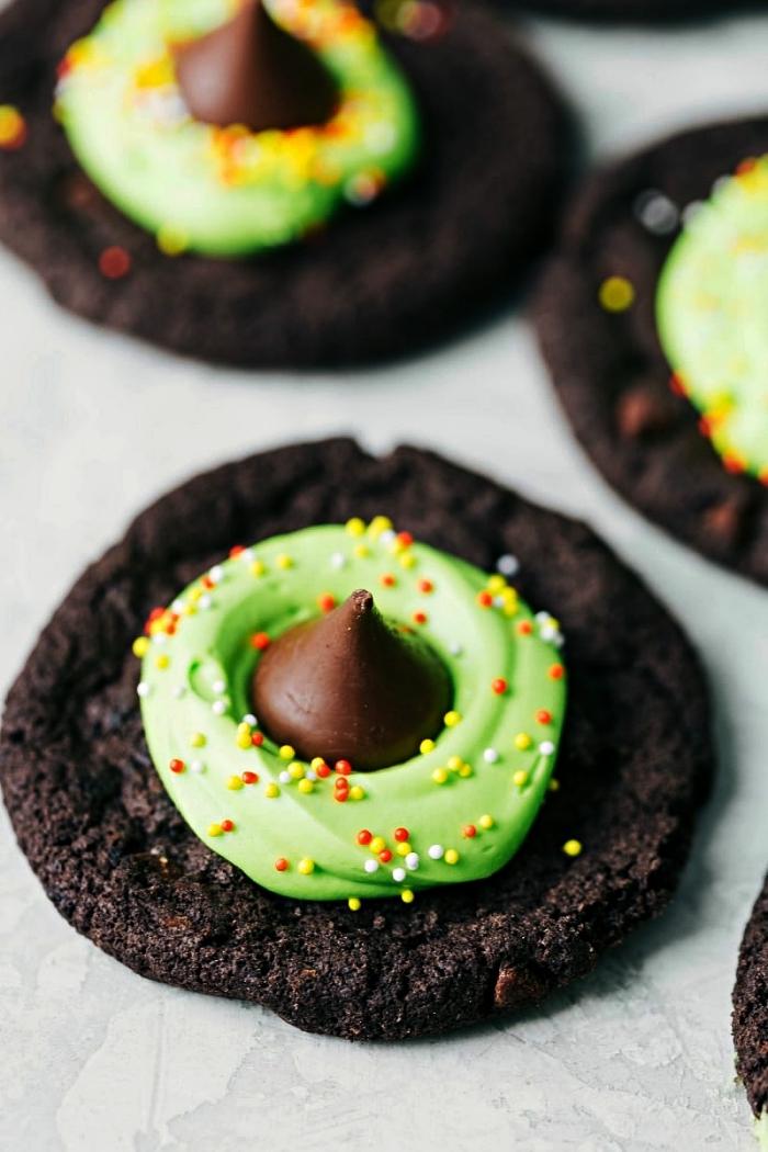 biscuits au chocolat chapeaux de sorcière au glaçage chocolat et vanille coloré vert, recette halloween de friandises