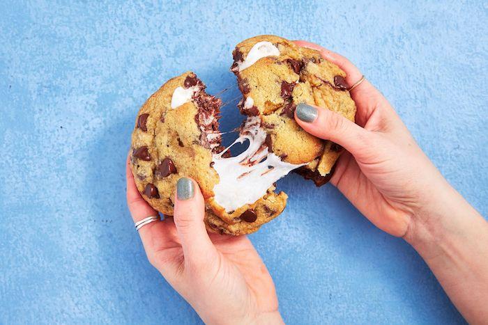 cookies surprise avec centre de marshmallow, recette cookies moelleux americain a la guimauve