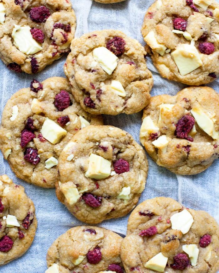 recette cookies chocolat blanc et framboises, comment faire une pate a cookie originale fait maison
