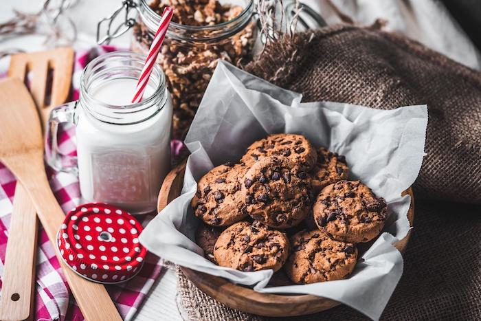 petit déjeuner facile et rapide cookies double chocolat classique et lait servi dans un pot en verre