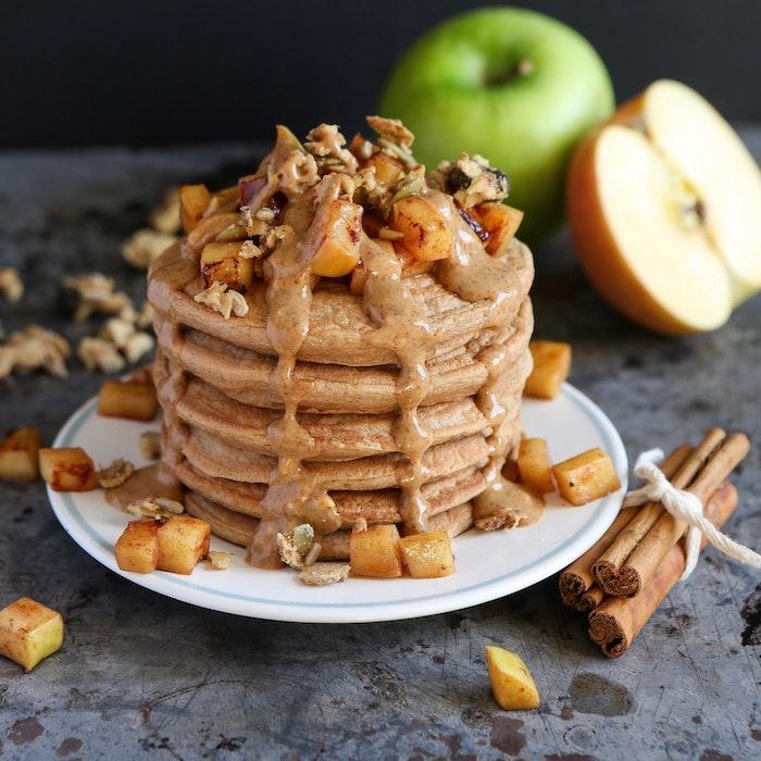 idee de recette d automne pour petit dejeuner, crepes automne hiver à la cannelle avec beurre de cacahuètes et topping de pommes à la cannelle et granola
