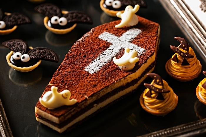 recette d'halloween effrayante pour un buffet sucré, gâteau coffin, bouchées chauves-souries et sorcières