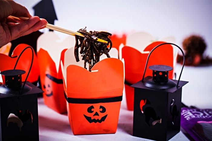 recette d'halloween effrayante pour des nouilles de riz noir en petites boîtes citrouilles d'halloween