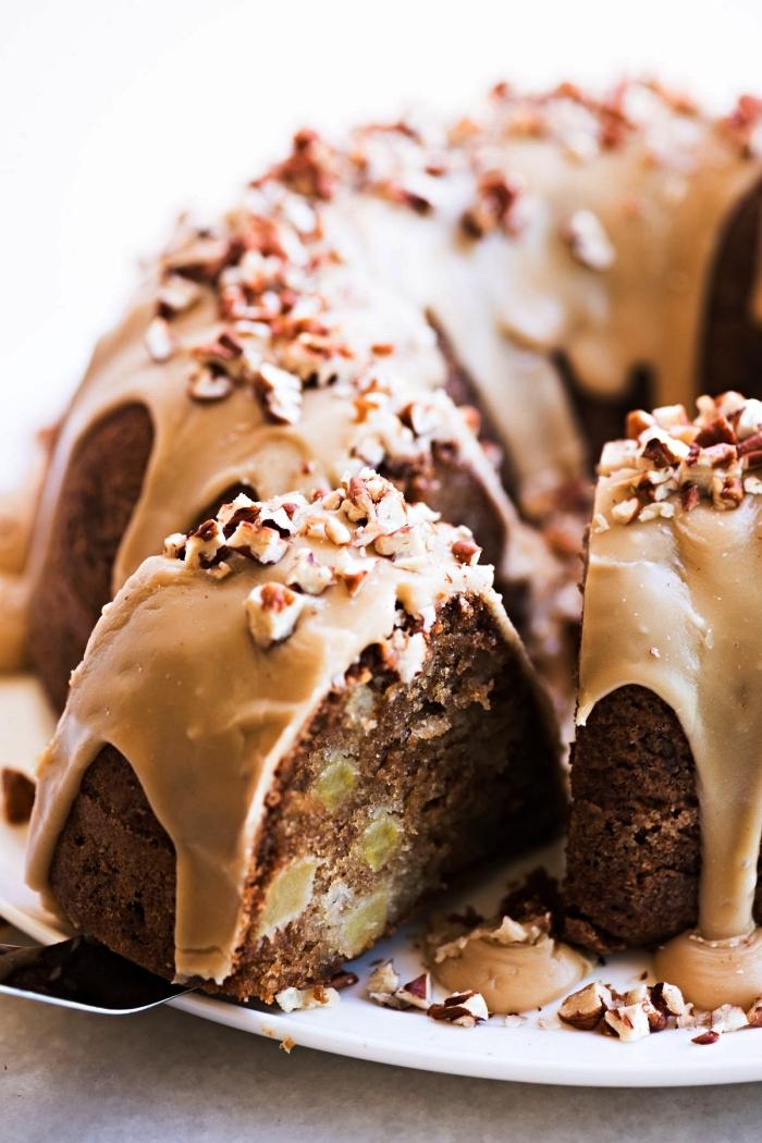 bundt cake aux pomme et noix au glaçage caramel, idée de dessert d'automne à base de pommes et noix