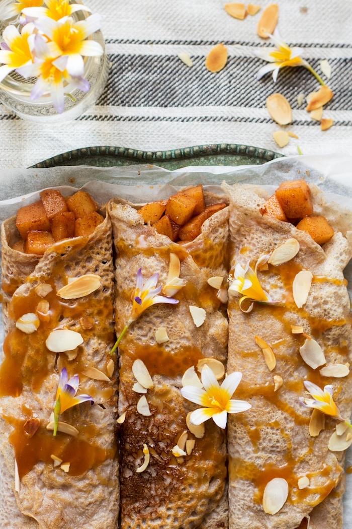 pate a crepe sucrée avec farce de pommes cuites à la cannelle et sirop d erable et topping de caramel et amandes
