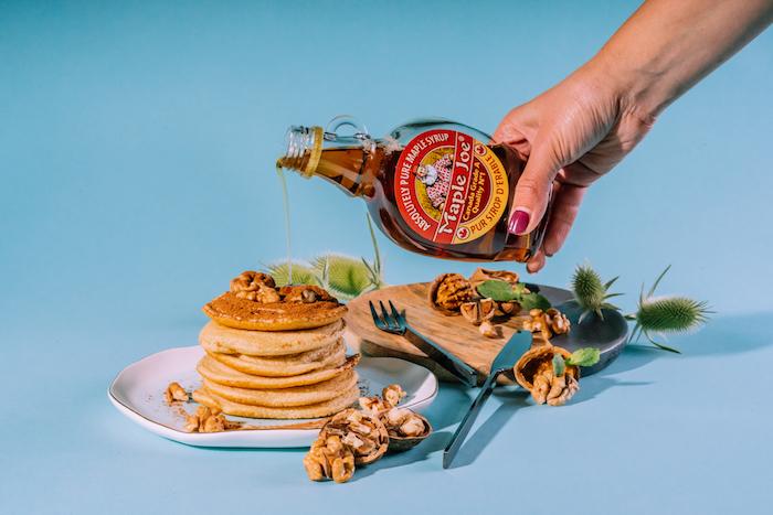 recette de pancake américain facile a faire soi meme, pancake oeufs, farine, beurre, lait avec topping de cacao, noix sirop d erable maple joe