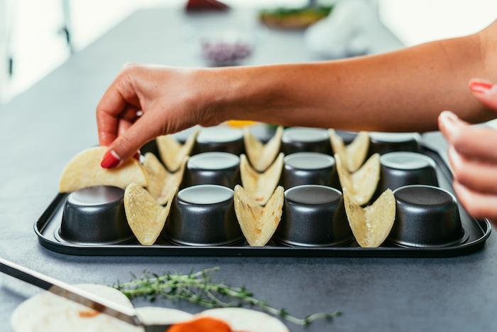 faire cuire de mini-tacos au four sur l'envers d'un moule à muffins, amuse bouche apéritif facile entre amis
