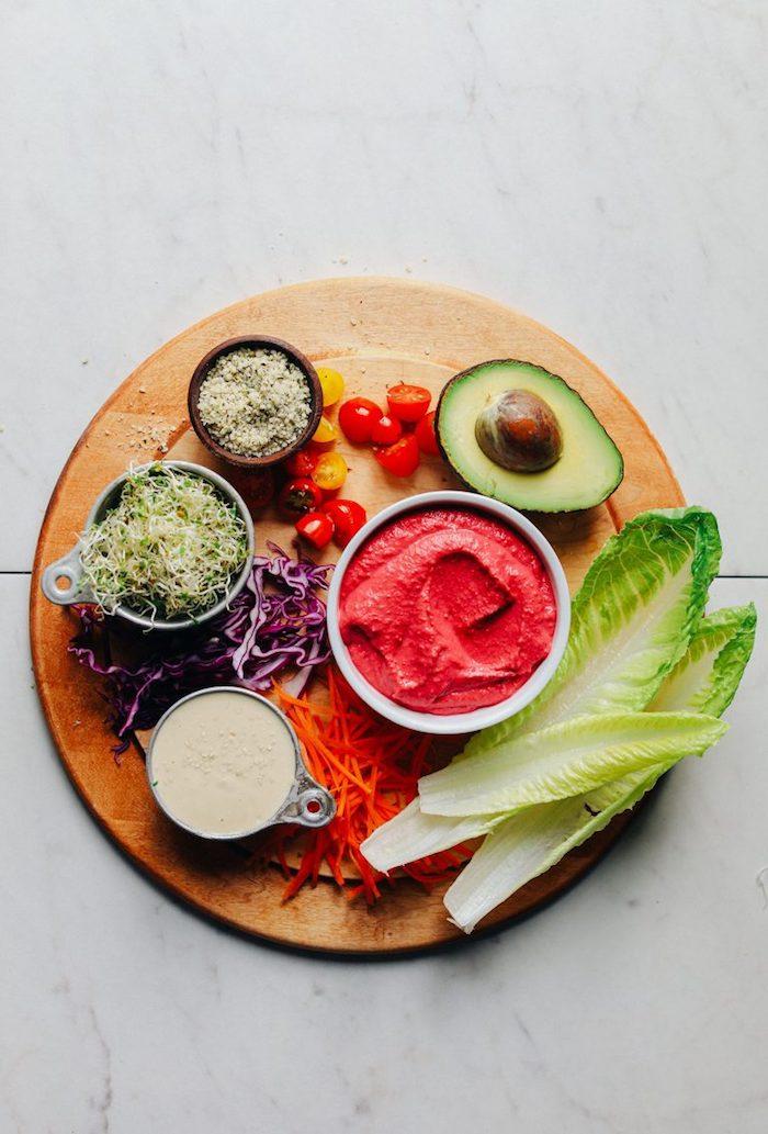 ingrédients pour une recette de tacos santé, tacos végétariens en feuilles de laitue accompagné de sauce tahini et sauce à la betterave rouge