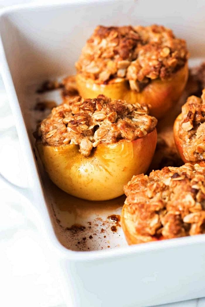 des pommes cuites au four, farcies d'un mélange de flocons d'avoine et épices, idées de dessert d'automne facile