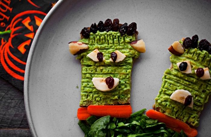 recette originale pour le gouter halloween, tartines franskenstein à l'avocat décorées avec des raisins secs