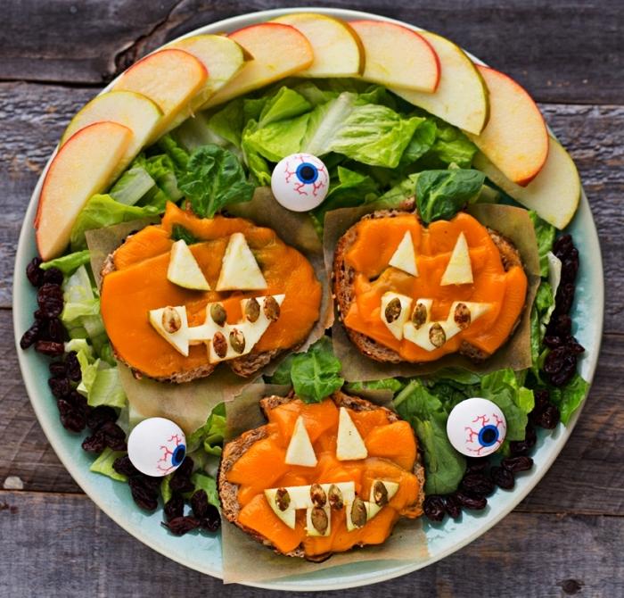 recette minceur pour le gouter halloween, tartines au fromage sur un lit de salade façon citrouilles d'halloween