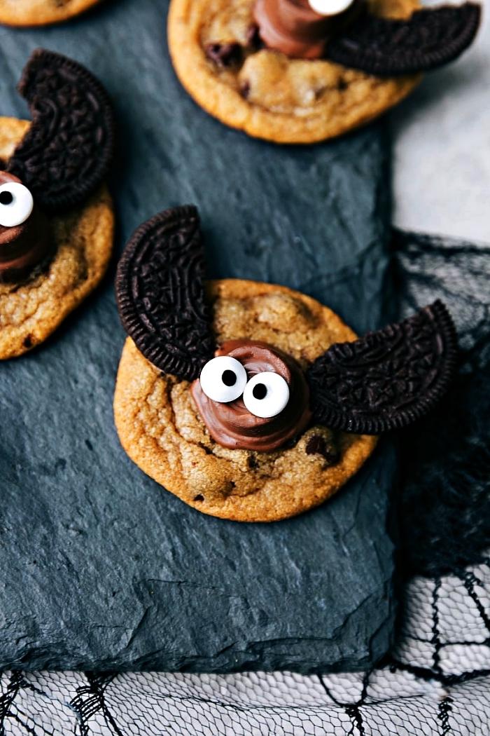 recette biscuit sable chauve-souris au glaçage chocolat décoré de biscuits oreos, comment faire des biscuits d'halloween faciles