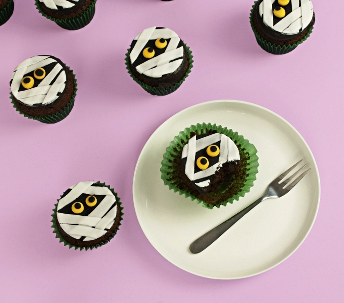 idée deco gateau halloween, cupcakes momies au chocolat au décor en pâtes à sucre, comment décorer des cupcakes pour halloween
