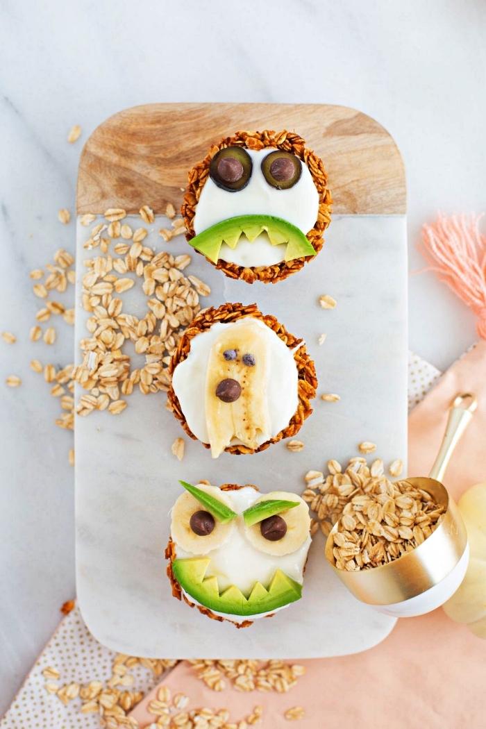 tartelettes santé aux flocons d'avoine et au yaourt décorées façon monstres d'halloween, menu halloween sain et équilibré