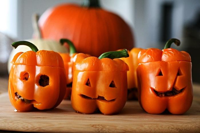 recette halloween horrible, poivrons rouges farcies d'halloween à la viande de boeuf et au fromage