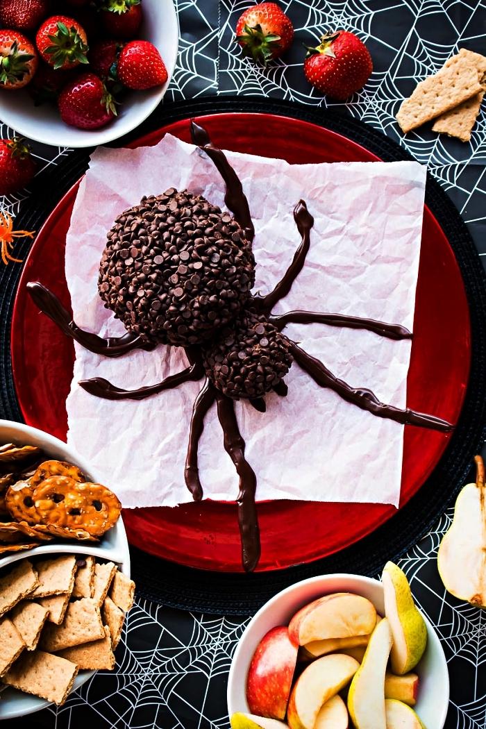 recette sucrée pour l'apéro d'halloween, boule de cheesecake couverte de pépites de chocolat façon araignée