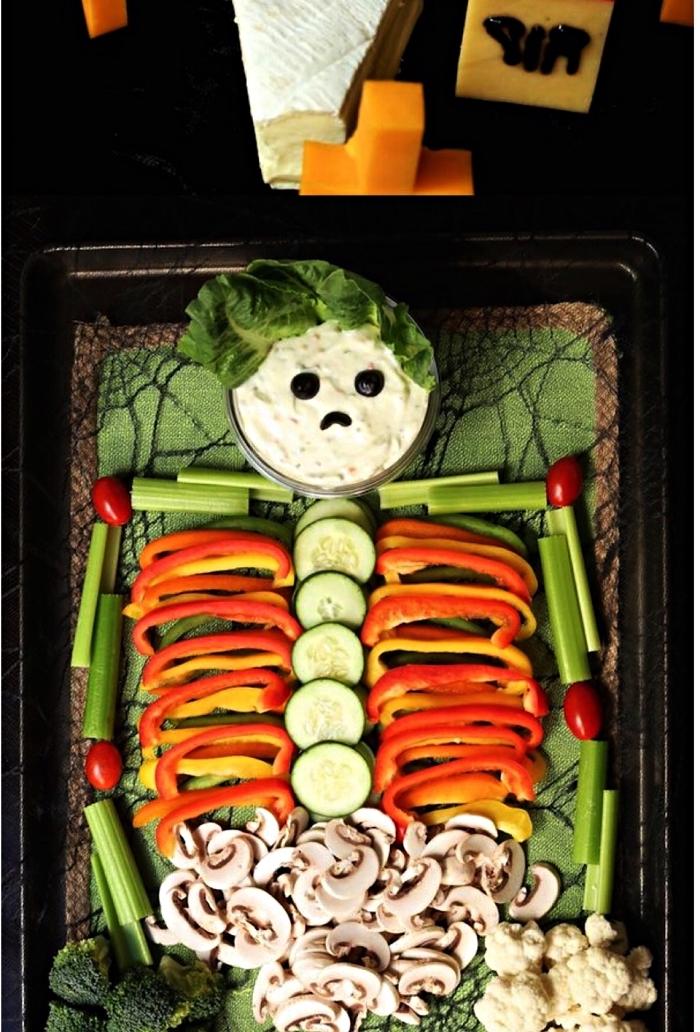 recette halloween minceur, plateau de crudités avec sauce apéritive en forme de squelette
