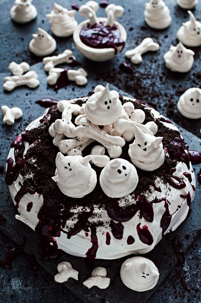 gateau d'halloween meringué, recette de pavlova hanté au coulis de fruits rouges, décoré de fantômes et os en meringue