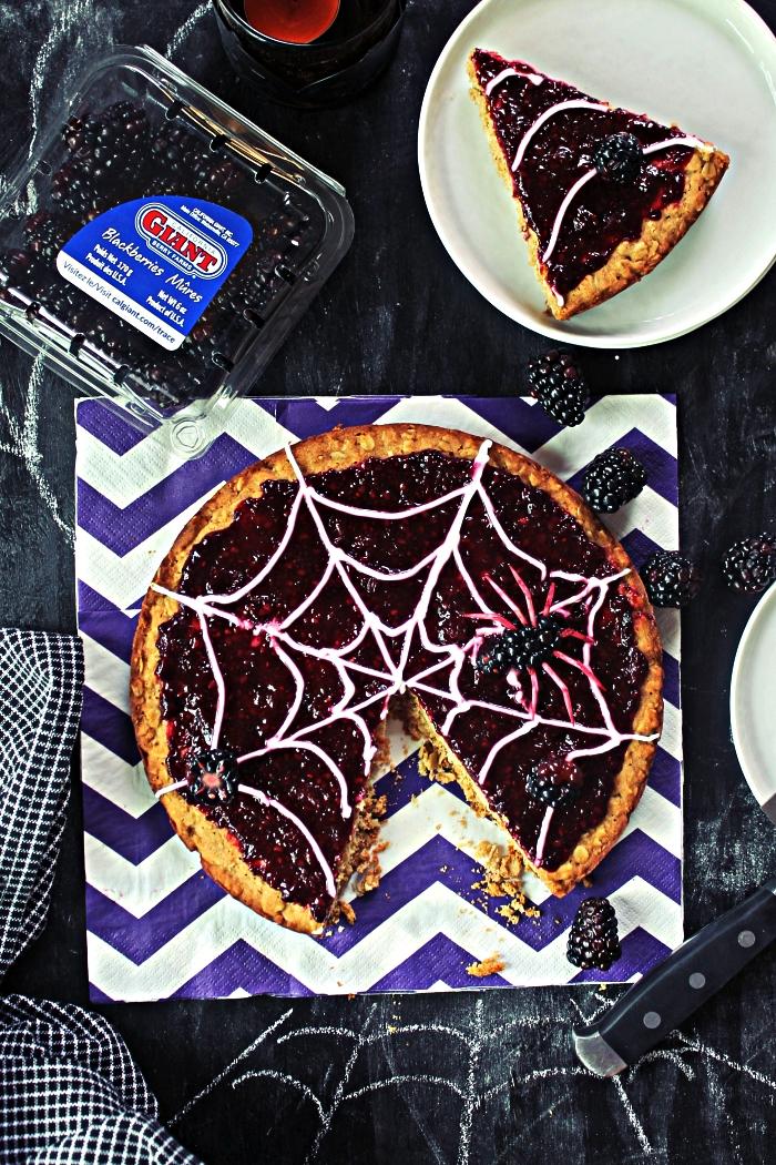 gâteau moelleux à la confiture d'araignée en toile d'araignée, dessert de halloween en toile d'araignée