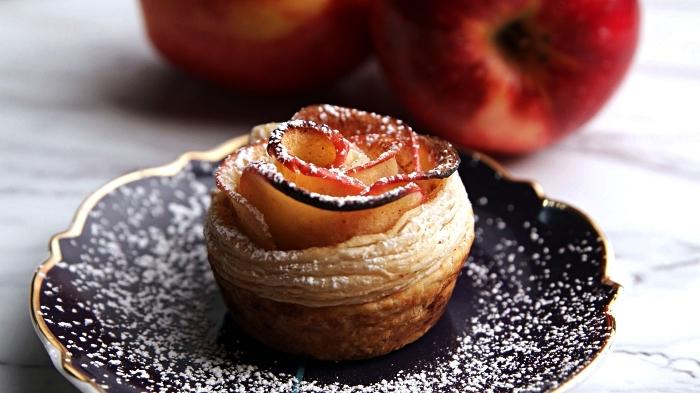 feuilletés à la pomme en forme de roses, recette roses de pommes à la pâte feuilletée, idée dessert rapide à base de pommes