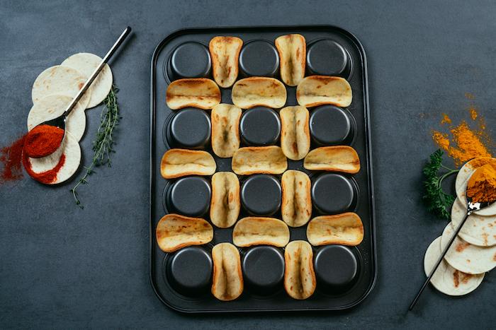 idée pour un apero dinatoire facile et rapide, préparer des mini-tacos apéritifs au poulet et cheddar, cuire des mini-tortillas sur l'envers d'un moule à muffins