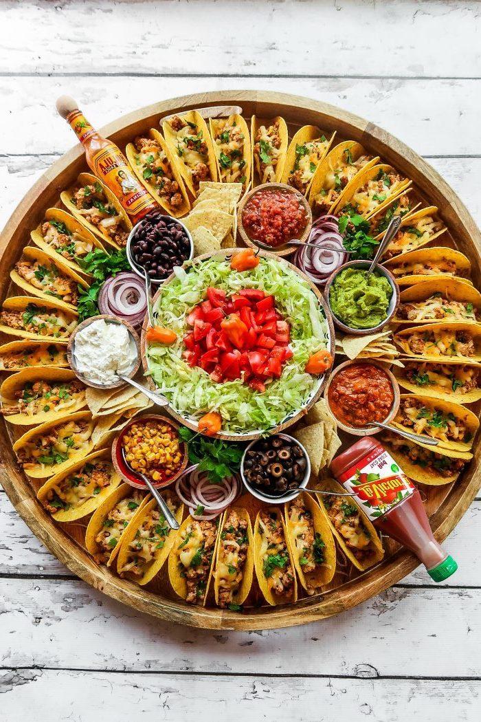 salades et sauces diverses pour accompagner un plateau avec mini-tacos au poulet, apéro dinatoire facile pour 20 personnes