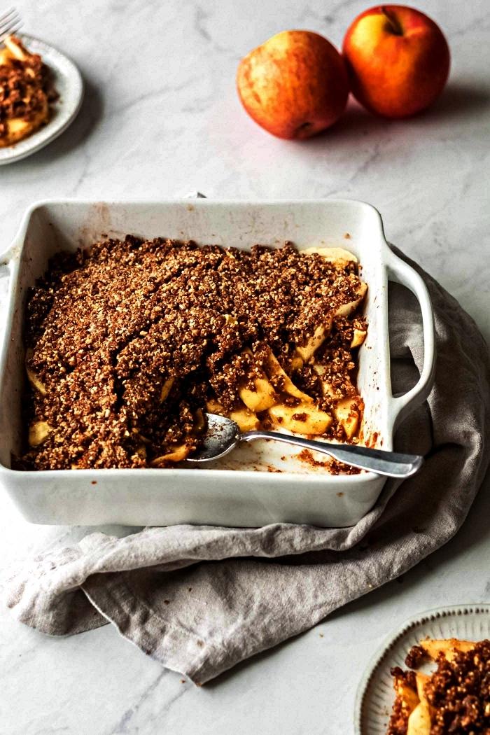 recette vegan et sans gluten de crumble aux pommes, dattes et amandes, recette de croustade aux pommes facile et rapide