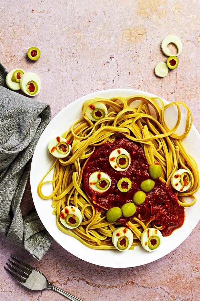 recette d'halloween effrayante de pâtes monstre d'halloween à la sauce tomate, pâtes effrayantes pour le repas d'halloween
