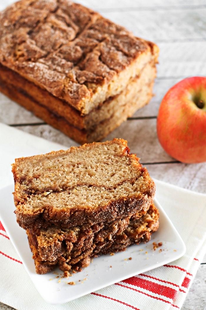 recette vegan et sans gluten de pain aux pommes et à la cannelle, moelleux aux pommes, recettes d'automne pour préparer un gâteau à base de pommes