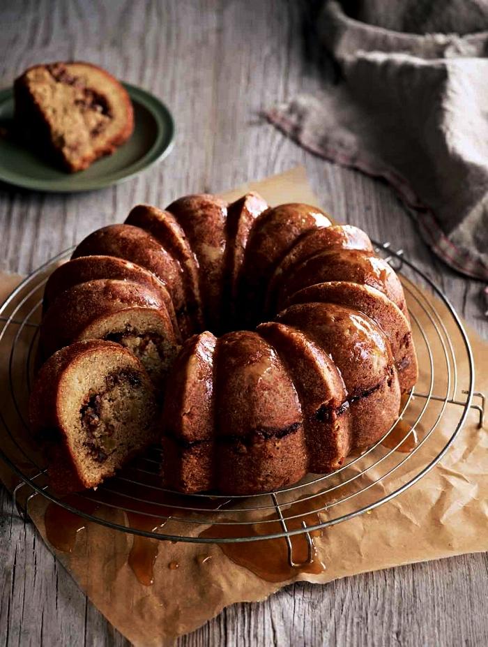 gâteau bundt cake aux pommes et à la cannelle au glaçage de cassonade, idées desserts d'automne à base de pommes