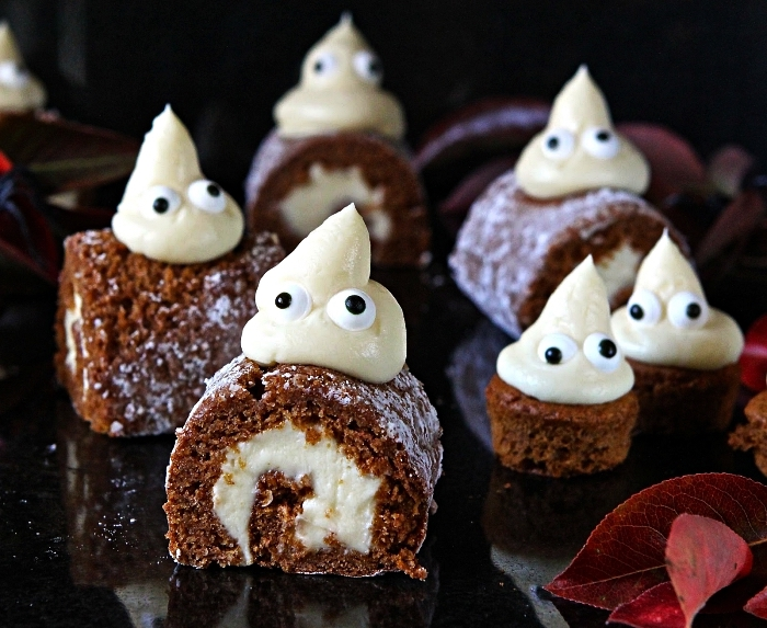 mini-roulés à la citrouille fourrés à la crème au fromage décorés de fantôme en crème fromage, recette halloween pour faire de petits gâteaux effrayants