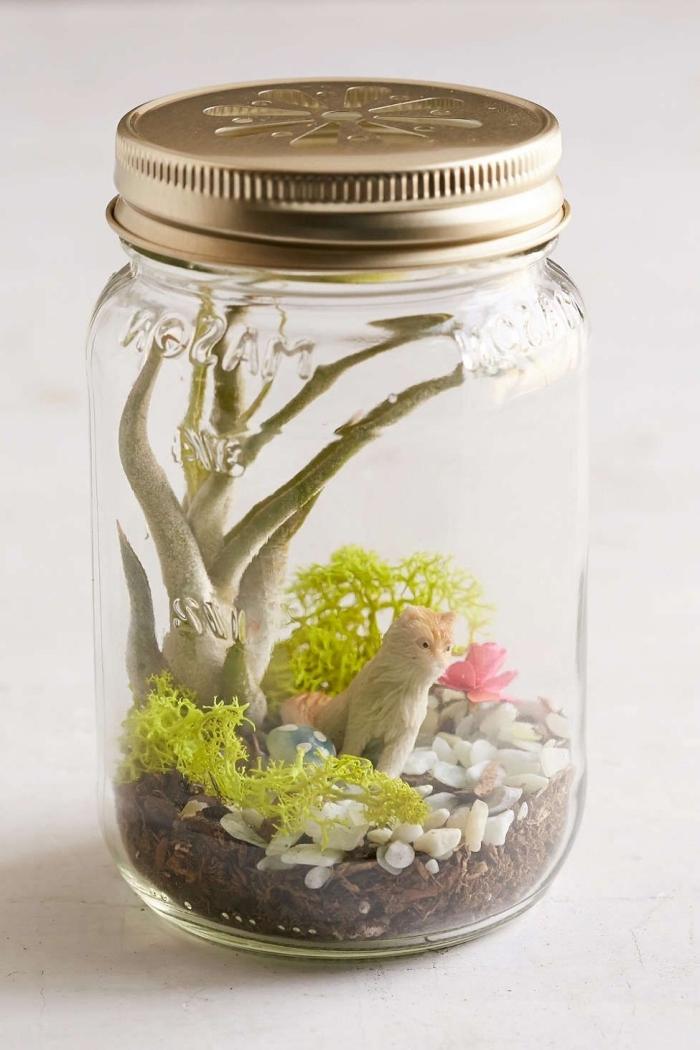 activité manuelle facile pour enfant, fabriquer un terrarium pour chambre enfant avec bocal en verre et figurines