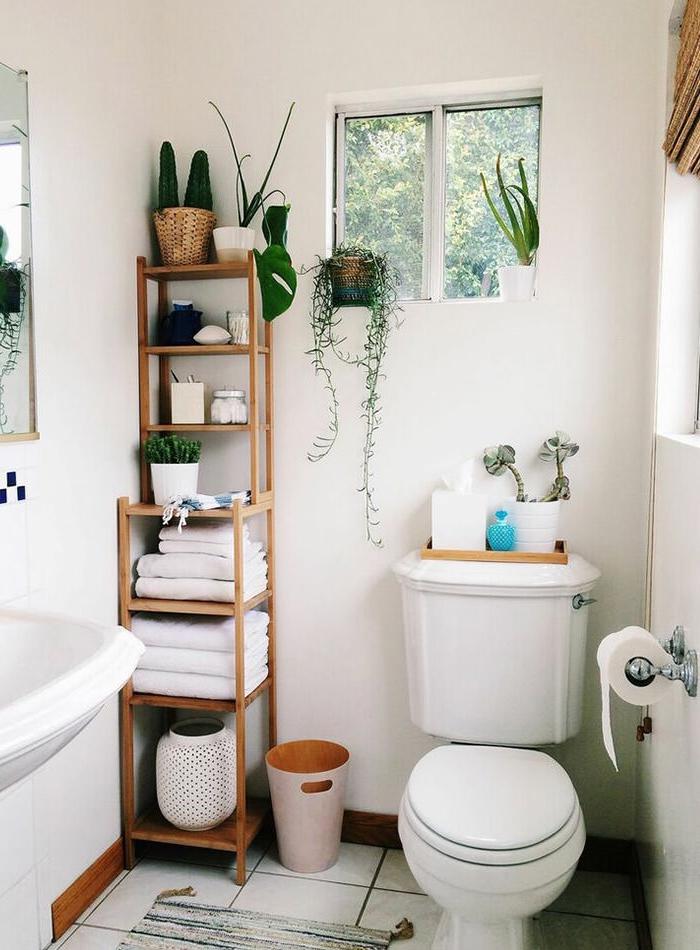 décoration de style bohème chic dans ses toilettes, modèle de pièce blanche décorée avec objets en bois clair