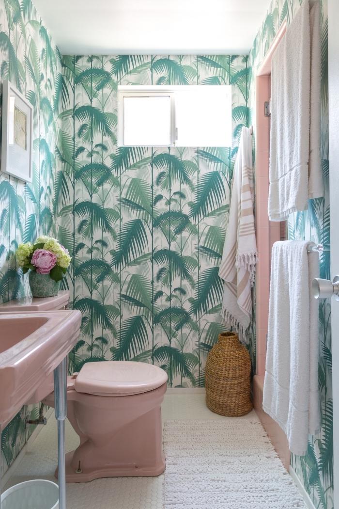 ambiance tropicale dans une salle de bain, idée decoration wc moderne avec papier peint tropical et objets roses