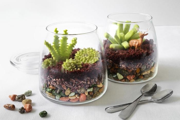 avec quoi remplir un terrarium, idée objet de déco à faire soi-même, diy mini jardin avec fausses plantes et cailloux