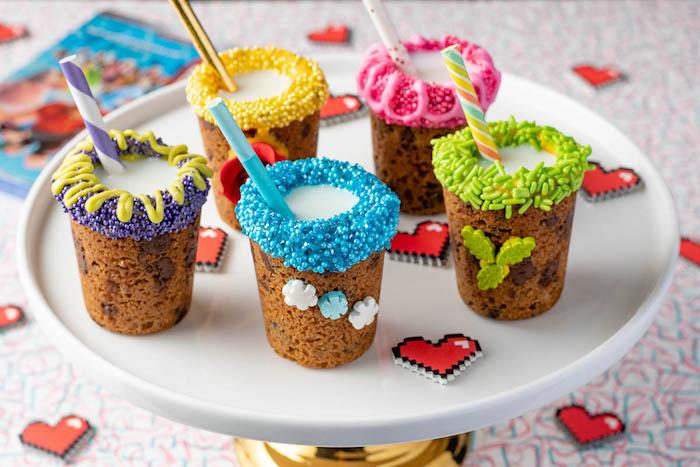 dessert cookie shots, tasse en cookie mangeable décorée de perles et vermicelles de sucre, idee recette gouter anniversaire enfant facile