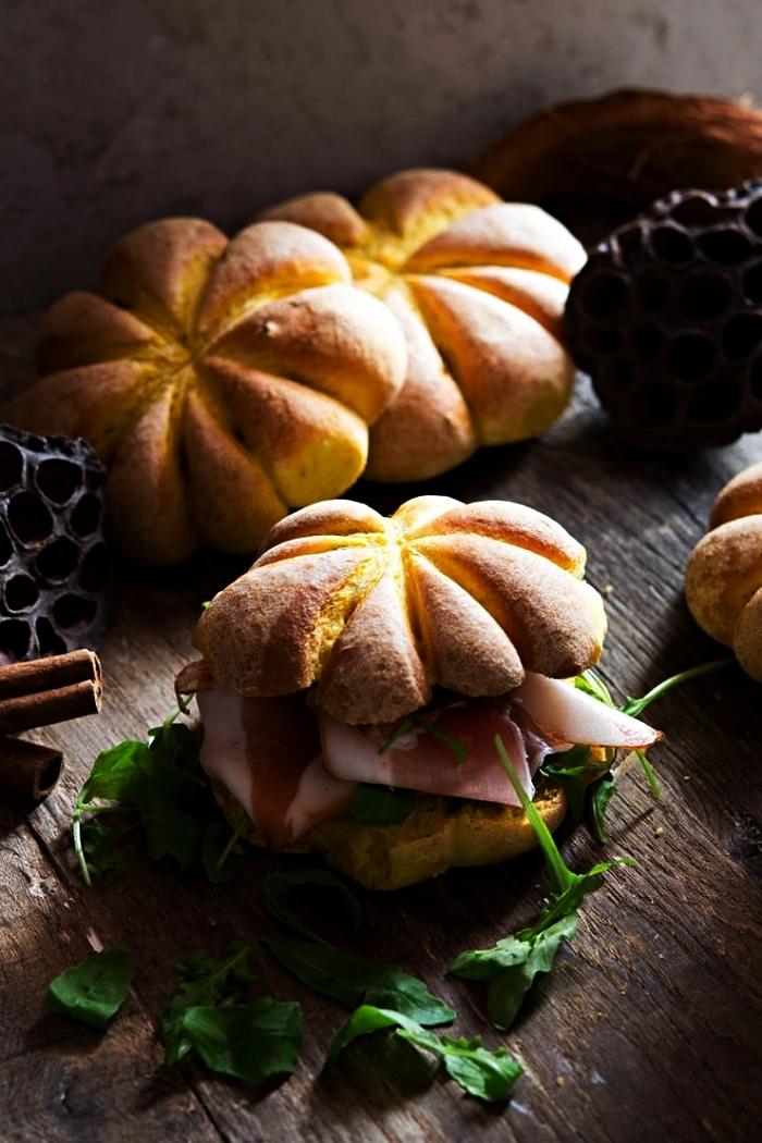 recette de sandwiches faciles pour le gouter halloween, brioches au potiron avec prosciutto
