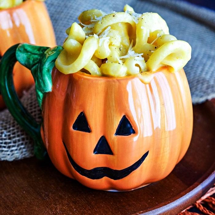 recette d'halloween effrayante, macaroni au fromage dans une tasse citrouille d'halloween