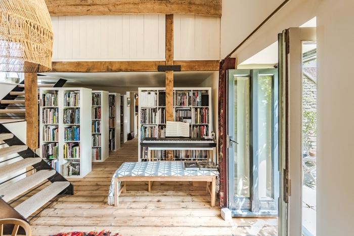 transformation grange en habitation, design intérieur style rustique avec meubles bois et blanc, modèle lampadaire jute de style balinais
